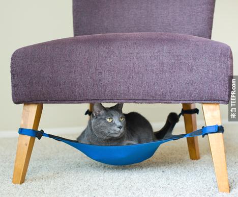 18. 可以綁在椅子下的貓咪小床。