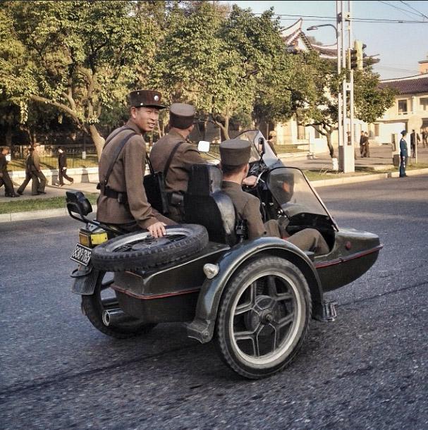 士兵們正在駕駛有側車的摩托車。