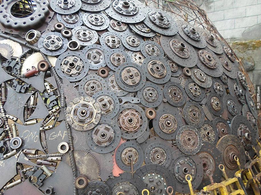 這個老人家拿沒有人要的垃圾零件做出了這隻連鋼鐵人都會超愛的「鋼鐵烏龜」。
