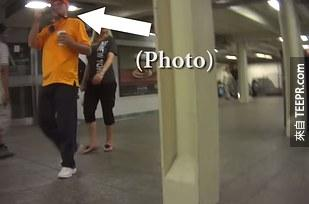 侏儒男生用針孔攝影機拍下了他每天受到歧視的生活。這個社會對他的態度會讓你啞口無言。