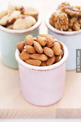 9. 像是橄欖油、堅果中的健康脂肪,可以降低你心臟病、中風和心血管疾病的死亡風險。