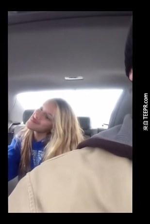 這名爸爸在開車時餘光發現後座有劇烈的動作,他抓住機會把全程拍下來!