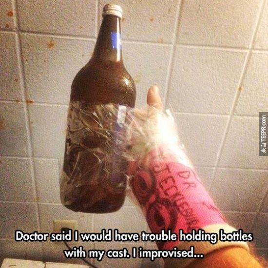 醫生說我的手暫時沒辦法握東西,但為了喝酒,生命總會找到出路的。
