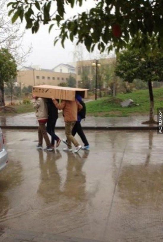 嗯,我們在避雨,不是在玩兩人三腳。