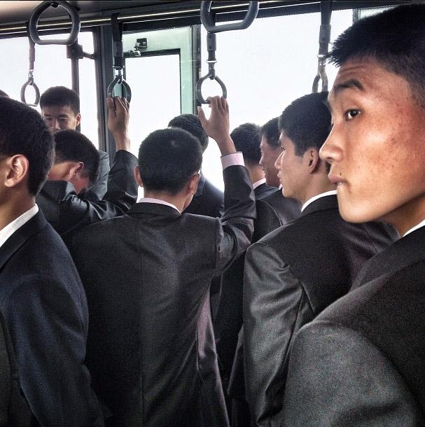 在機場巴士的男人們。