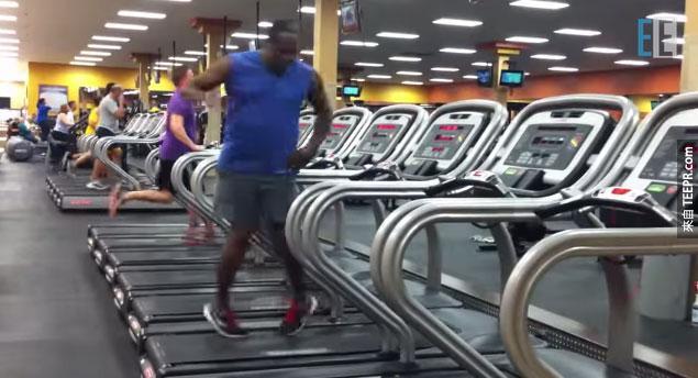 有人跟我說這名「跑步機舞者」會改變我對運動的看法。他真的說對了!