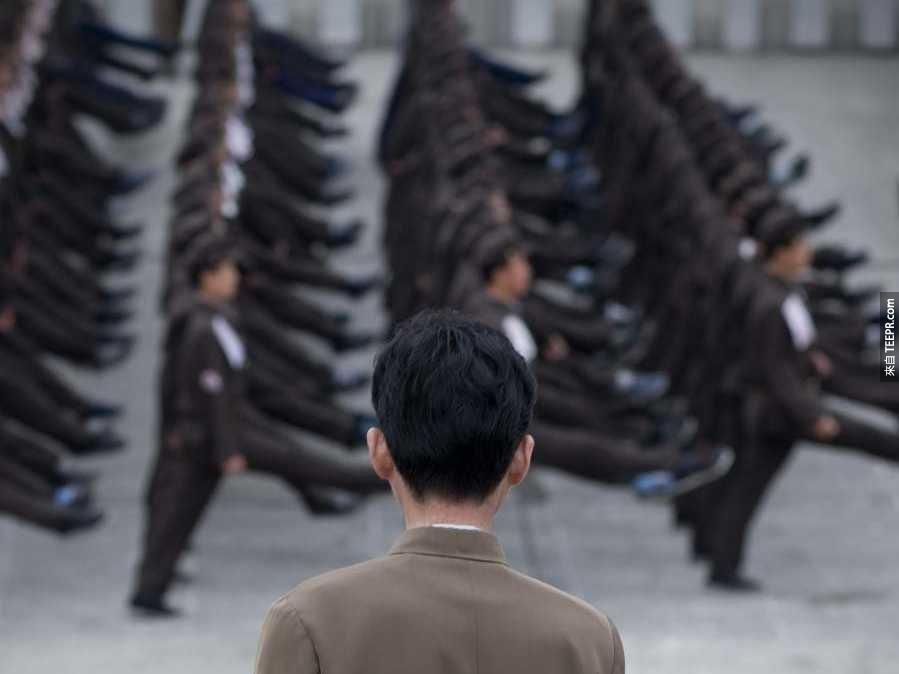 北韓在軍隊服役的人數約等於塞內加爾的人口。
