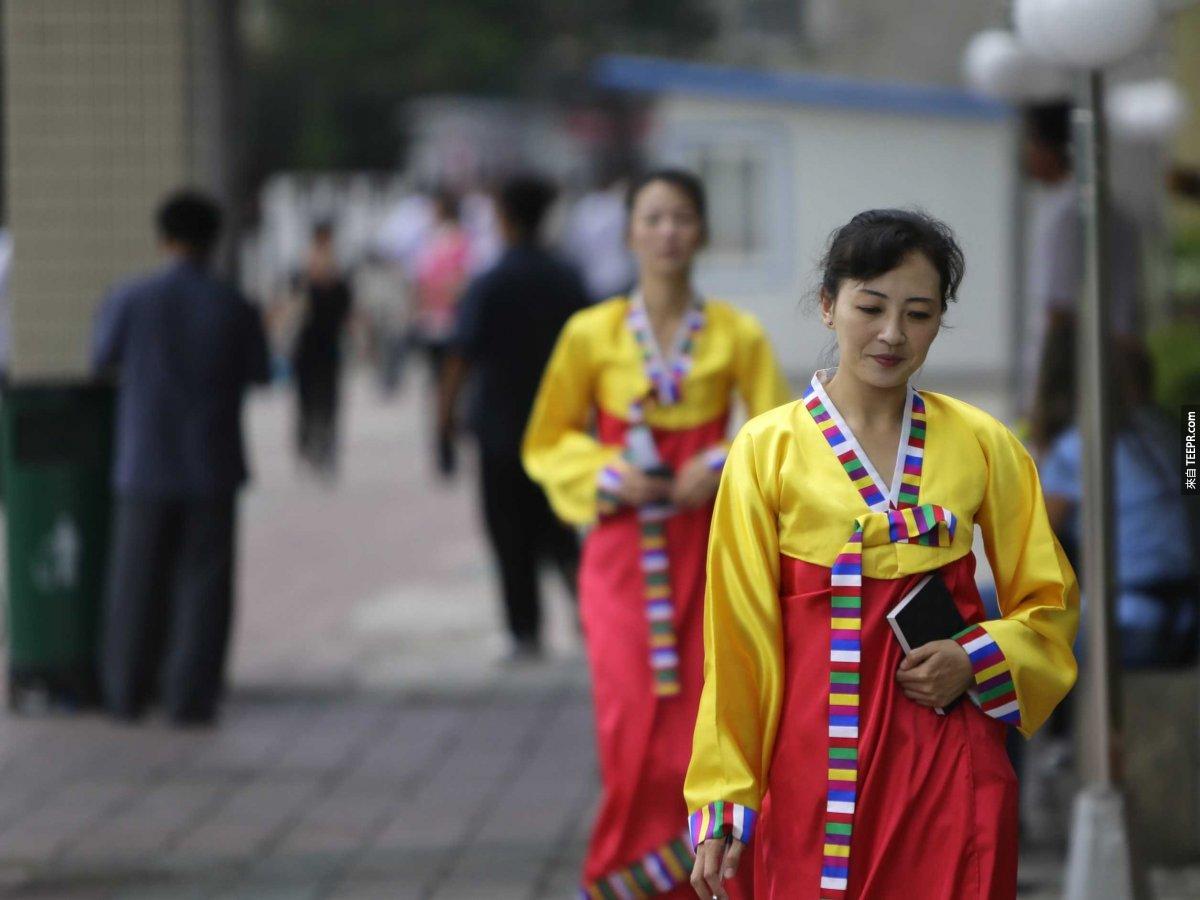 在北韓剪頭髮有嚴厲的規定,僅有28個髮型被認可。