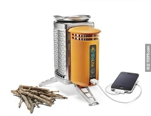 13. Biolite露营火炉,可以把燃烧营火的热能转为USB充电的电力。