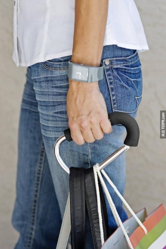 17. 一个有软垫的手提器,让你不用因为提很多袋东西而手指痛。