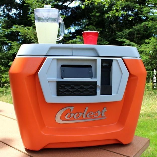 7. 多功能的派对冰桶,可以当手机充电器、开瓶器和果汁机。