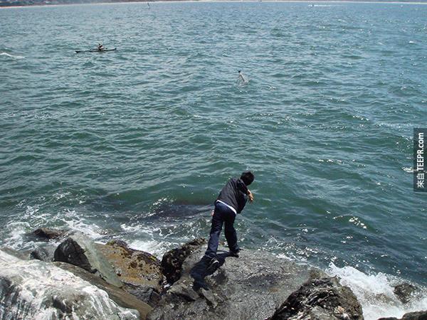海邊發現了一個瓶中信。裡面的東西比藏寶圖還要棒太多了。