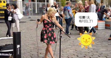 你沒能親眼看到這名光腳街頭藝人充滿靈魂的演唱,但是還好有人上傳了!