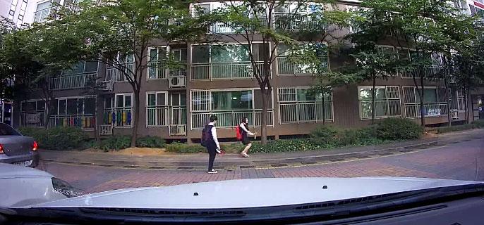 兩個學生在路上以為沒有人在看,毫無保留地跳舞。好在一台車的行車記錄器拍攝下來了。