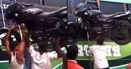 你不會相信這名印度男子用什麼東西把摩托車頂上巴士車頂。