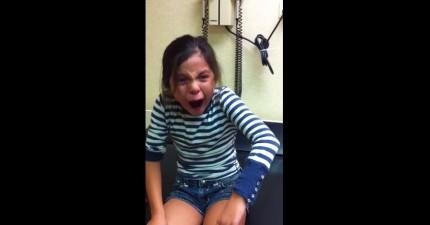這個小女生在打疫苗時,會露出所有你能想像到的痛苦表情。