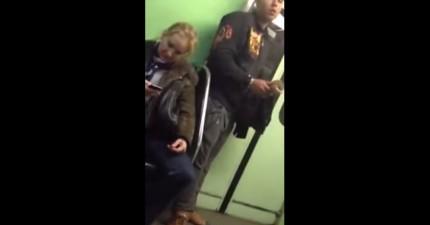 這就是為什麼你在捷運上用手機應該離門遠一點,因為這就是會發生的事情。