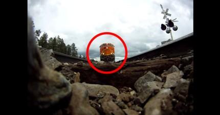 有人把一台GoPro攝影機放在鐵軌上。你會很想要知道當火車開過去的時候,有多麼像迴光返照。