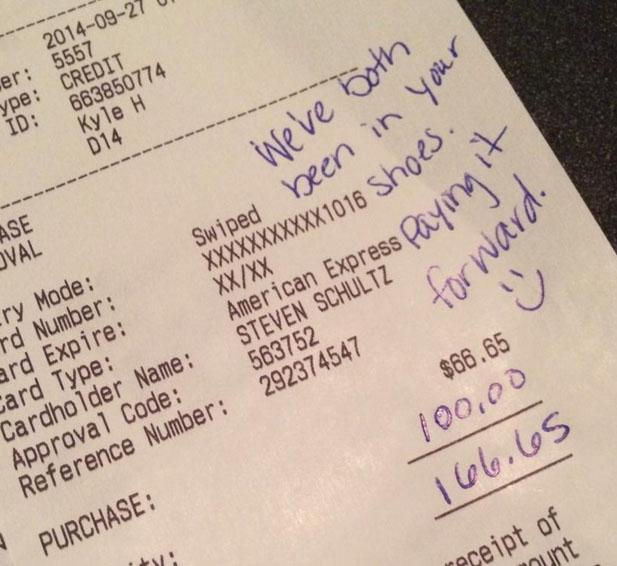 這對情侶給了上菜很慢的服務生3,000元小費。背後令人感動的原因應該讓全世界都知道。