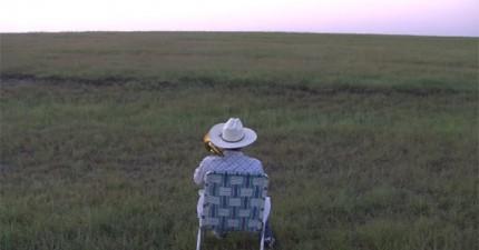 這個人只是在拍攝自己吹長號,但是40秒後忽然在遠方看到一件不可思議的事情!