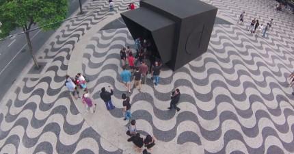 行人被邀請走進這個大黑盒子裡面跳舞。接下來發生的事情真的太酷了!