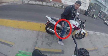 這個人白天在阿根廷騎自行車時被人持槍搶劫。GoPro拍下了超緊張的過程。