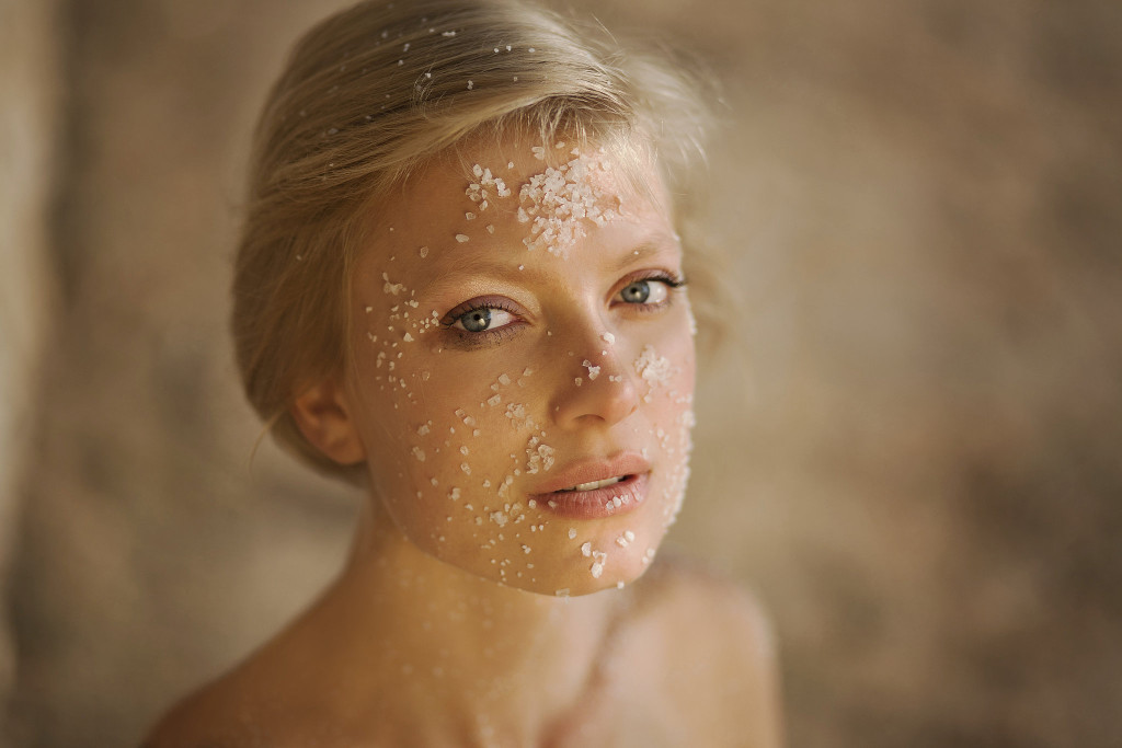 10 Ways to Keep Skin Looking Youthful Exfoliate