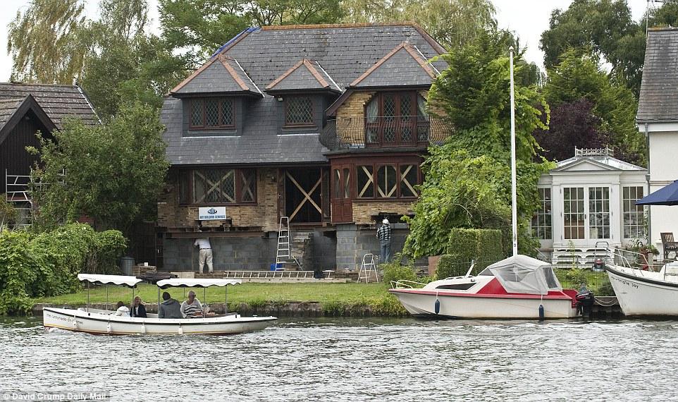 房子淹水真的很困擾,但是這名男子想到最「高竿」的解法。而且還房價翻倍!