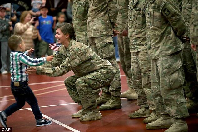 3歲小男生看到離開9個月的軍人媽媽歸國時,就做了違反軍事紀律的事,但卻讓旁邊所有士兵感動落淚。