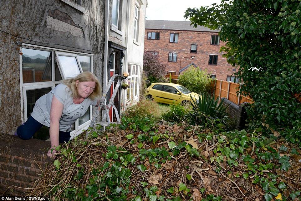 這對夫婦一早發現他們家被高牆包圍了,必須靠梯子才能進出。這是我看過最誇張的土地糾紛!