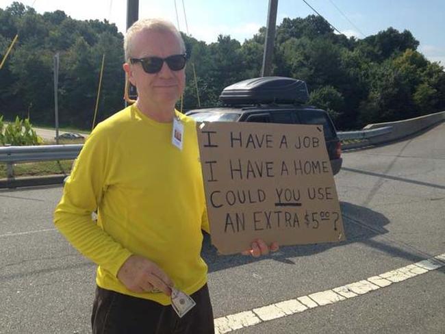 這名站在路旁拿著牌子的男子不在乞討,他正在以最讓人感動的方式度過他的生日。