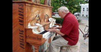 這名坐在路邊鋼琴上的70歲老人家給了所有人一個大驚喜。他的聲音...WOW!
