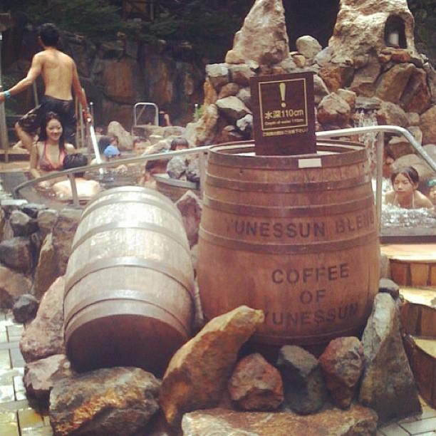 你不會相信這家日本Spa度假村的池子裡有什麼東西。會忍不住想要喝耶!