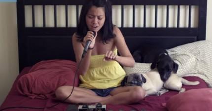 這個女生坐在床上錄製音樂的方法也太精采了吧!