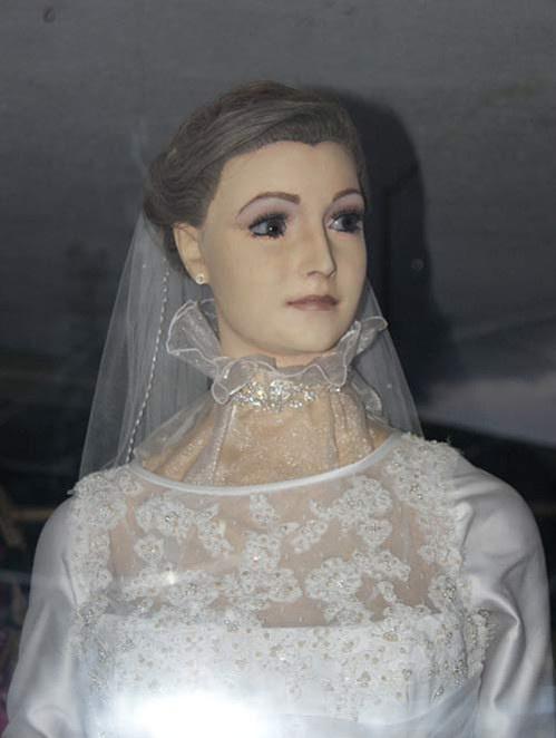 知名婚紗店因「假人模特兒太逼真」爆紅 網看完嚇壞:她的眼睛盯著我…