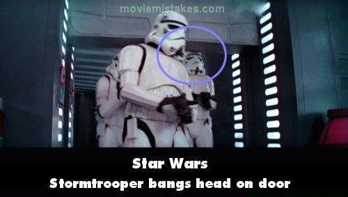 7. 《星際大戰》(Star Wars):當帝國風暴兵闖入了指揮室,左邊這位士兵撞到門框。在DVD的版本,他們甚至還加入了撞到頭的音效。