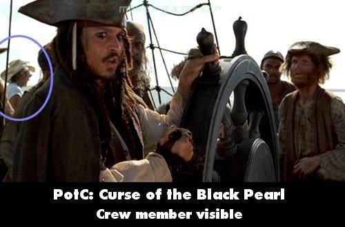 13. 《神鬼奇航:鬼盜船魔咒》(Pirates of the Caribbean: The Curse of the Black Pearl):當最後傑克說:「大夥兒集合,拉起繩索!」的時候,在畫面左下角,出現一個戴著牛仔帽的製片工作人員。