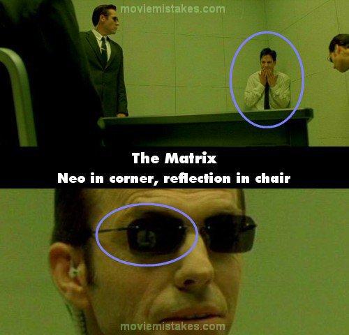 15. 《駭客任務》(The Matrix):當史密斯探員在審問尼歐(Neo)的時候,史密斯把尼歐的嘴巴封起來,讓他退到牆角。但當鏡頭回到史密斯的臉上時,你可以從他墨鏡中的反射畫面看到,尼歐還是坐在椅子上。