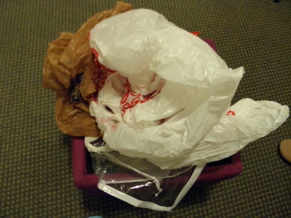 7. 你總是在你的包包或是口袋中搜尋可用的塑膠袋。