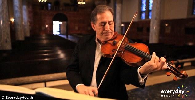 小提琴家為了治療他的腦部疾病,他必須在腦部手術時一邊做件超離奇的事情!