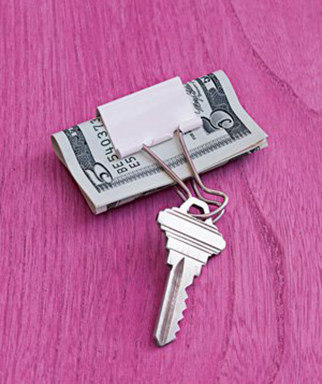 21. 把長尾夾當做你要出門輕便的錢包,還可以掛鑰匙。