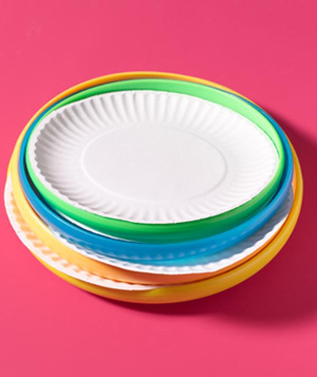 24. 用飛盤來防止把紙餐具帶出去時折到。