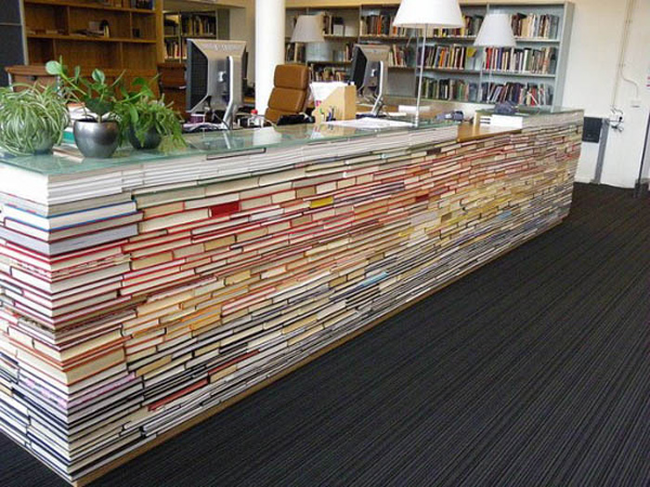 25. 用舊書來做出一張桌子。(這太驚人了!孩子會不會想玩疊疊樂啊...)