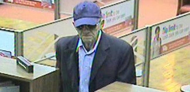 1. 看起来可能不像,但这位老人被怀疑犯了加州16起抢案。由他逃跑时飞快的步伐,当局相信「老头大盗」(The Geezer Bandit)其实是年轻人所乔装的,FBI 联邦调查局已经悬赏了20,000美元(约60万台币)要缉捕他。