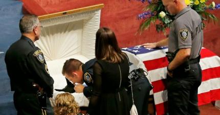 這不是一個尋常的因公殉職的警員的葬禮,因為殉職的...是一隻勇敢的警犬。