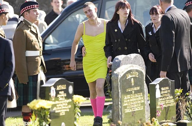 這個男人穿了一襲火辣的洋裝參加喪禮,背後有個最令人動容的故事。