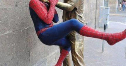 當很幼稚的人碰到雕像的時候,這就是會發生的事情。
