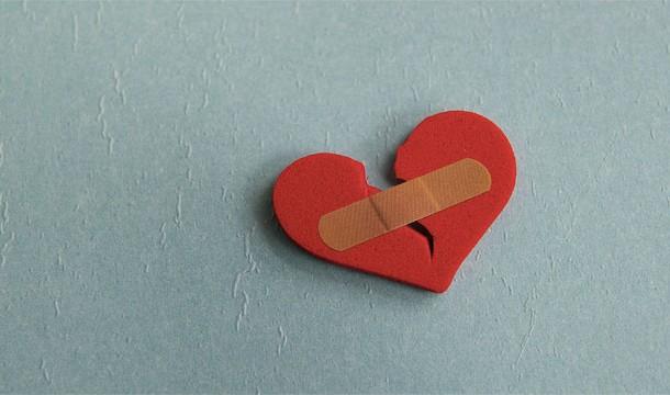 25. 在經歷一段情緒慘烈的階段後,你的身體會釋放激素到你的血管中,會短暫地讓心臟受到「驚嚇」,甚至會造成類似心臟病的徵兆。