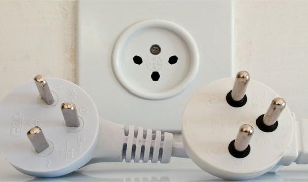 24. 第一個心跳節律器必須要連接到插座上。