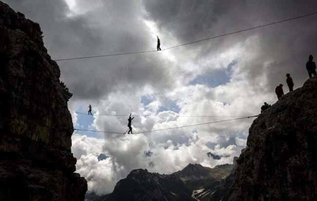 這群特技登山客在世界顛峰做的瘋狂壯舉,光看就讓所有人腳軟了!